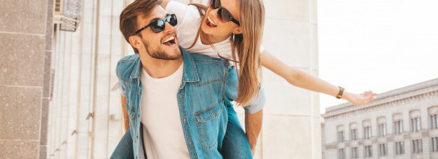 nina-hermosa-sonriente-su-novio-guapo-ropa-casual-verano-hombre-su-novia-espalda-ella-levantando-manos_158538-5439